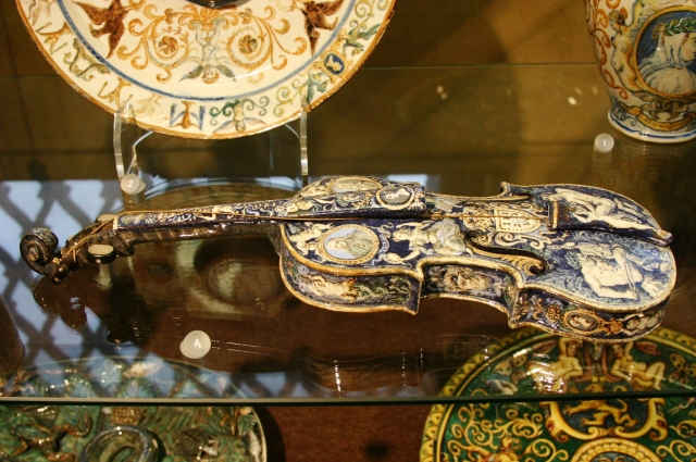 Faience_Violin_-_Museu_Nacional_de_Arte_Antiga-1.JPG